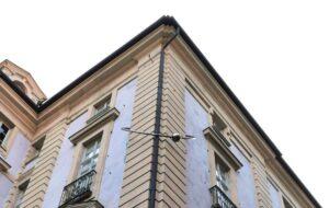 """""""Baci Rubati"""", il curioso palazzo con il piercing di Torino"""