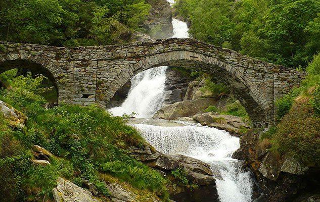 Fare il bagno in montagna 5 incantevoli posti in piemonte for Cascata per laghetto
