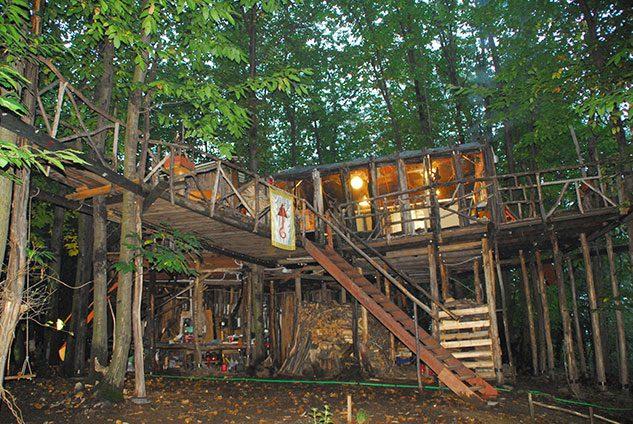 Il villaggio di case sugli alberi in piemonte un luogo for Case in legno sugli alberi