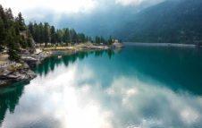 Lago di Ceresole Reale: scenario da favola per passeggiate e sport d'acqua ai piedi delle Alpi