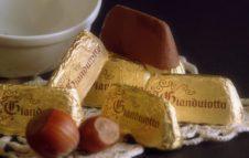 Il Gianduiotto: la storia del cioccolatino più amato di Torino