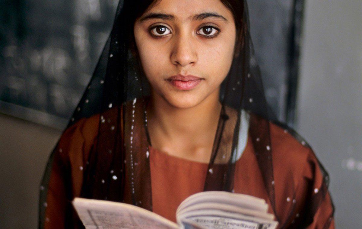 """""""Steve McCurry: Leggere"""": a Torino la mostra con le immagini del grande fotografo"""