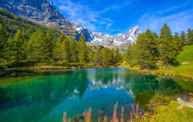 """Il Lago Blu: lo """"specchio"""" incantato del Cervino dalle acque turchesi"""