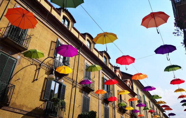 Un cielo di ombrelli colorati a Torino per l'estate 2019