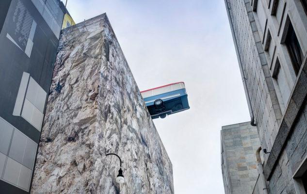 Un bus sospeso sul tetto di un palazzo di Torino: ecco dove e perché