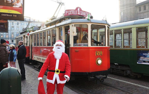 In viaggio con Babbo Natale sul tram storico di Torino