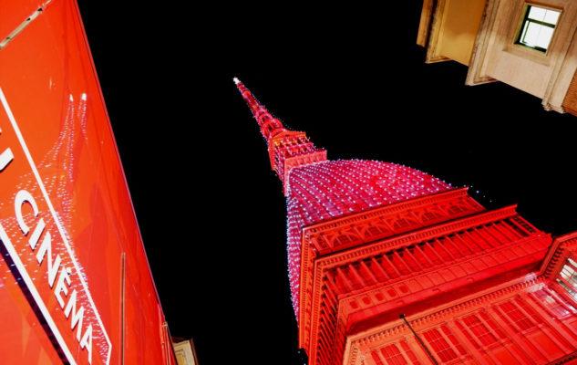 La Mole Antonelliana si colora di rosso per il magico Natale di Torino