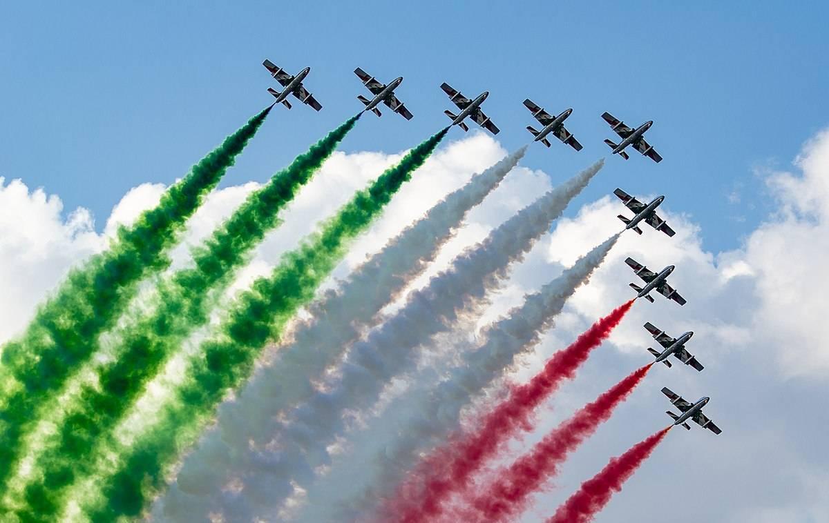 """Frecce Tricolori in volo su Torino con il tour che """"abbraccia"""" l ..."""