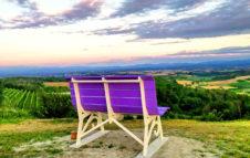 A Cuccaro Monferrato, la Panchina Gigante che si affaccia sui campi di Lavanda