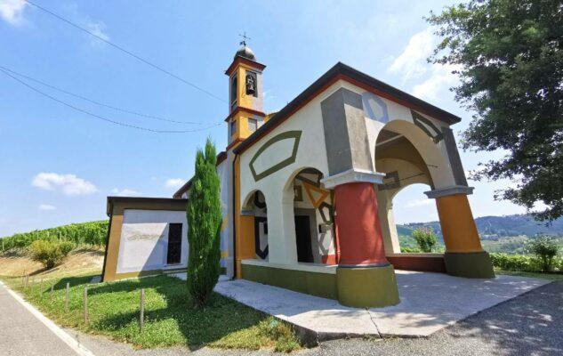 La Chiesa di Coazzolo: la coloratissima opera d'arte immersa nei vigneti del Piemonte