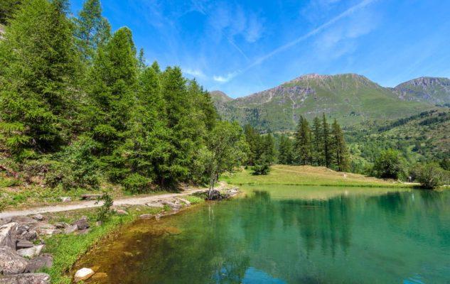 Il Lago Laux: un magico specchio d'acqua non lontano da Torino