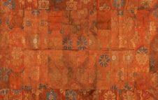 Petali e draghi tra i fili di seta: i pregiati mantelli rituali giapponesi esposti al MAO